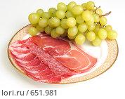 Купить «Мясная нарезка с виноградной кистью изолированно», фото № 651981, снято 31 декабря 2008 г. (c) Александр Катайцев / Фотобанк Лори