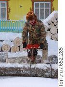 Купить «Мужик пилит дрова», фото № 652285, снято 4 января 2009 г. (c) евгений блинов / Фотобанк Лори