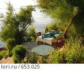 Купить «Уютный столик на берегу Чёрного Моря, Болгария», фото № 653025, снято 1 августа 2007 г. (c) Борис Горбань / Фотобанк Лори
