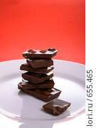 Купить «Шоколад, белая тарелка на красном фоне», эксклюзивное фото № 655465, снято 30 декабря 2008 г. (c) Juliya Shumskaya / Blue Bear Studio / Фотобанк Лори