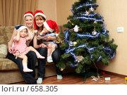 Купить «Девушки с детьми около ёлки едят мясо», фото № 658305, снято 15 января 2009 г. (c) Галина Жаркова / Фотобанк Лори