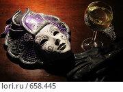 Маска из Сан-Марино, бокал вина и дамские перчатки (2009 год). Редакционное фото, фотограф Владимир Цветов / Фотобанк Лори