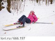 Маленькая девочка упала, катаясь на лыжах (2009 год). Редакционное фото, фотограф Ольга Полякова / Фотобанк Лори