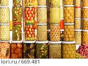 Купить «Разнообразные оливки в маринаде и соленые, фаршированные и с начинкой – на любой вкус! Базар в Марракеше, Марокко», фото № 669481, снято 17 декабря 2008 г. (c) Владимир Мельник / Фотобанк Лори