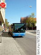 Купить «Автобус на остановке Мюнхен», фото № 673829, снято 14 апреля 2007 г. (c) Игорь Шаталов / Фотобанк Лори