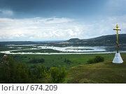 Купить «Поклонный крест на фоне устья реки Сок», фото № 674209, снято 2 июля 2008 г. (c) Игорь Момот / Фотобанк Лори