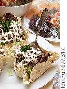 Купить «Мясной салат в кукурузной лепешке», фото № 677317, снято 27 декабря 2008 г. (c) Татьяна Макотра / Фотобанк Лори