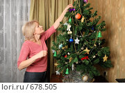 Купить «Женщина, наряжающая новогоднюю елку», фото № 678505, снято 28 декабря 2008 г. (c) Дмитрий Яковлев / Фотобанк Лори