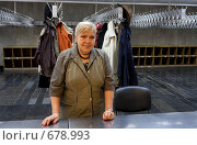 Гардеробщица (2008 год). Редакционное фото, фотограф Юрий Синицын / Фотобанк Лори