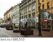 Растяжки у макета Блокадного дома на Малой Садовой (2009 год). Редакционное фото, фотограф Корчагина Полина / Фотобанк Лори