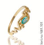 Золотое кольцо с аквамарином и отражением на белом фоне. Стоковое фото, фотограф Андрей Чмелёв / Фотобанк Лори