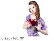 Красивая романтическая девушка с сердцем в руках, изолированная на белом фоне. Стоковое фото, фотограф pshek / Фотобанк Лори