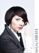 Девушка с модной стрижкой, поправляющая волосы, на белом. Стоковое фото, фотограф pshek / Фотобанк Лори