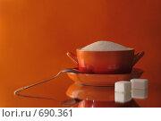Сахарница и чайная ложка на красном фоне. Стоковое фото, фотограф Смирнова Ольга / Фотобанк Лори