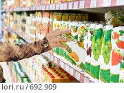 Купить «Полки с фруктовыми соками в супермаркете», фото № 692909, снято 8 февраля 2009 г. (c) Баевский Дмитрий / Фотобанк Лори