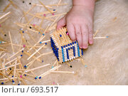 Игра ребенка со спичками. Стоковое фото, фотограф Natalie Molchanova / Фотобанк Лори