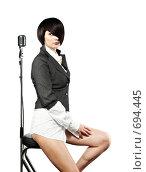 Молодая девушка с модной стрижкой с ретро микрофоном, изолированная на белом. Стоковое фото, фотограф pshek / Фотобанк Лори