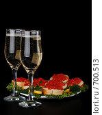 Купить «Бутерброды с красной икрой на тарелке и два бокала шампанского на черном фоне», фото № 700513, снято 31 декабря 2008 г. (c) Мельников Дмитрий / Фотобанк Лори