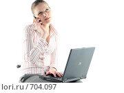 Купить «Деловая девушка с ноутбуком и мобильным телефоном за работой», фото № 704097, снято 24 января 2009 г. (c) Наталья Белотелова / Фотобанк Лори