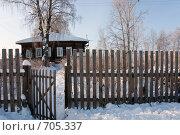 Купить «Деревянный деревенский дом зимой с забором и калиткой», фото № 705337, снято 1 февраля 2009 г. (c) Шахов Андрей / Фотобанк Лори