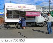 """Купить «Палатка на колесах """"Свежие колбасы Останкино""""», эксклюзивное фото № 706853, снято 30 мая 2008 г. (c) lana1501 / Фотобанк Лори"""