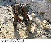 Мужчина работающий с облицовочным кирпичом. Стоковое фото, фотограф Сергей Седых / Фотобанк Лори