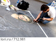 Купить «Рисование на асфальте», фото № 712981, снято 31 июля 2007 г. (c) Игорь Никитенко / Фотобанк Лори