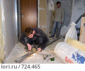 Человек отрезает профиль с помощью болгарки (2009 год). Редакционное фото, фотограф Сергей Седых / Фотобанк Лори