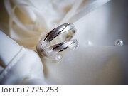 Купить «Свадебные кольца из белого золота», фото № 725253, снято 5 сентября 2008 г. (c) Фадеева Марина / Фотобанк Лори
