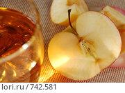 Яблоко и яблочный сок в стеклянном стакане. Стоковое фото, фотограф Елена Круглова / Фотобанк Лори