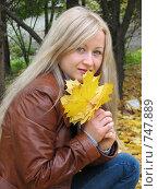 Девушка в кожаном пиджаке с желтыми кленовыми листьями. Стоковое фото, фотограф Лилия / Фотобанк Лори