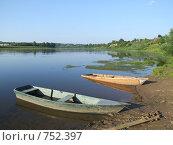 Две лодки на реке. Стоковое фото, фотограф Елена Денисенко / Фотобанк Лори