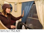 Купить «Молодая девушка путешествует в пассажирском вагоне», фото № 752429, снято 25 мая 2008 г. (c) Алексей Кузнецов / Фотобанк Лори