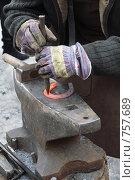 Купить «Кузнец кует подкову», фото № 757689, снято 1 марта 2009 г. (c) Галина Ермолаева / Фотобанк Лори