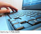 Купить «Клавиатура компьютера крупным планом, рука», фото № 758609, снято 27 сентября 2008 г. (c) Лилия / Фотобанк Лори