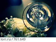 Обручальные кольца в шампанском. Стоковое фото, фотограф Ольга Дронова / Фотобанк Лори