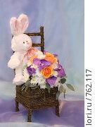 Купить «Плюшевый заяц с цветами», фото № 762117, снято 18 февраля 2009 г. (c) Ольга Харламова / Фотобанк Лори