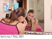 Купить «Девушка протирает ватным диском лицо в ванной комнате», фото № 762381, снято 17 мая 2007 г. (c) Vdovina Elena / Фотобанк Лори