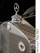 Знак на радиаторе старинного автомобиля (2009 год). Редакционное фото, фотограф Юрий Назаров / Фотобанк Лори