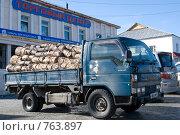 Купить «Японский грузовик, загруженный дровами, стоящий перед сельским торговым центром», фото № 763897, снято 12 марта 2009 г. (c) Александр Подшивалов / Фотобанк Лори