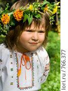 Хорошенькая маленькая девочка, одетая в украинский национальный костюм, которая внимательно смотрит вдаль. Стоковое фото, фотограф Sergii Korshun / Фотобанк Лори