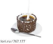 Купить «Оригинально декорированная чашка с горячим кофе и вливающимися в нее сливками», фото № 767177, снято 2 января 2009 г. (c) Vitas / Фотобанк Лори