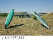 Купить «Байдарки, установленные на весла для просушки на фоне моста», фото № 771825, снято 10 августа 2008 г. (c) Дмитрий Юнак / Фотобанк Лори