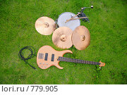 Купить «Гитара, барабан и тарелки на зеленой траве», фото № 779905, снято 22 октября 2019 г. (c) Losevsky Pavel / Фотобанк Лори