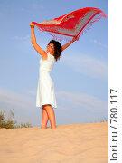 Купить «Молодая женщина с развевающимся платком», фото № 780117, снято 17 сентября 2019 г. (c) Losevsky Pavel / Фотобанк Лори