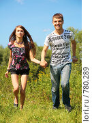 Купить «Молодая пара бежит по траве», фото № 780289, снято 25 июня 2019 г. (c) Losevsky Pavel / Фотобанк Лори