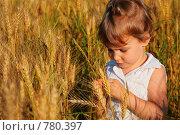 Купить «Девочка в поле пшеницы», фото № 780397, снято 25 мая 2020 г. (c) Losevsky Pavel / Фотобанк Лори