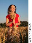 Купить «Молодая женщина держит колоски пшеницы», фото № 780525, снято 10 декабря 2019 г. (c) Losevsky Pavel / Фотобанк Лори