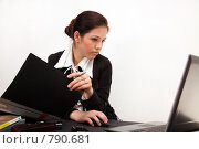 Купить «Красивая девушка в офисе», фото № 790681, снято 5 апреля 2009 г. (c) Павел Гундич / Фотобанк Лори