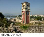Крепостная башня Суши на фоне города.Греция,о.Корфу (2008 год). Стоковое фото, фотограф Олег Гусев / Фотобанк Лори